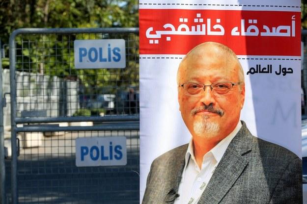 Plakat ze zdjęciem dziennikarza przez saudyjskim konsulatem w Stambule /PAP/Abaca