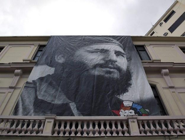 Plakat ze zdjęciem Fidela Castro /ALEJANDRO ERNESTO  /PAP/EPA