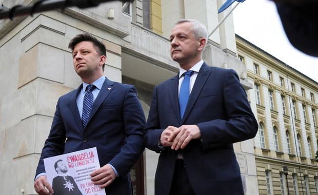 Plakaty dotyczące Łukasza Szumowskiego w Warszawie. Jest reakcja ratusza