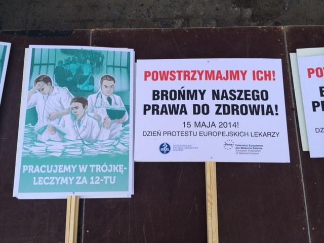Plakaty, które przynieśli ze sobą lekarze /Mariusz PIekarski /RMF FM