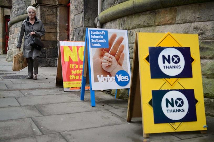 Plakaty namawiające do głosowania w szkockim referendum /AFP