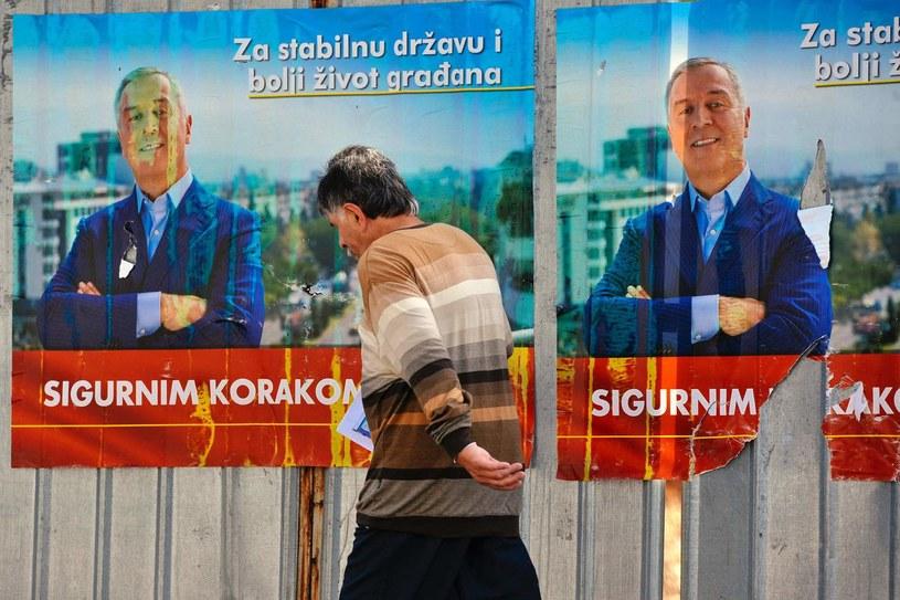 Plakaty wyborcze ze zdjęciem Milo Djukanovicia, zdjęcie ilustracyjne /AFP