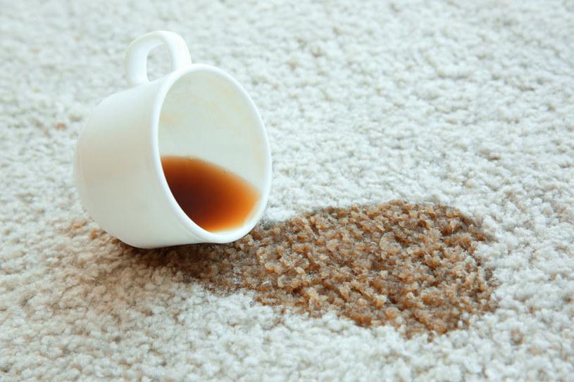 Plama na dywanie? Szybko zasyp ją mąką ziemniaczaną! /123RF/PICSEL