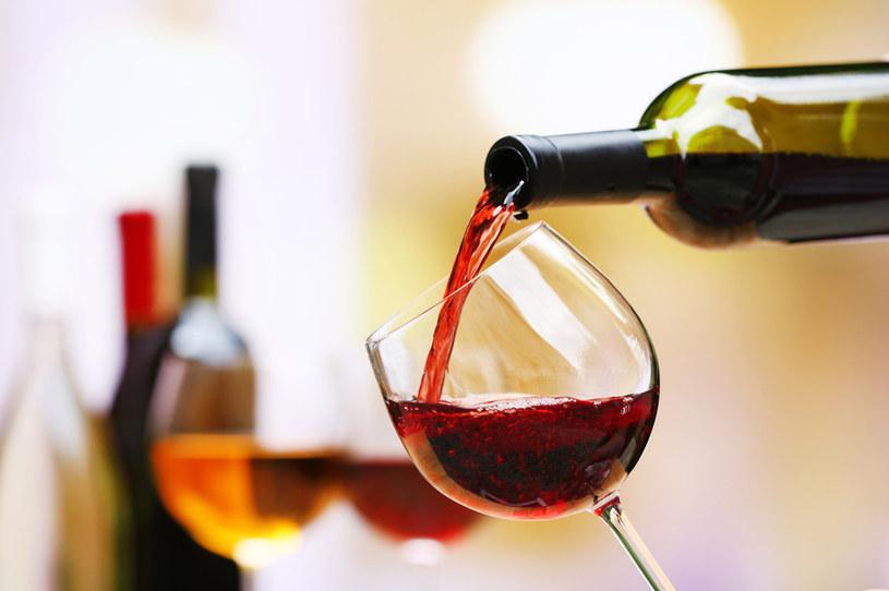 Plama z wina może przysporzyć zmartwień /123RF/PICSEL