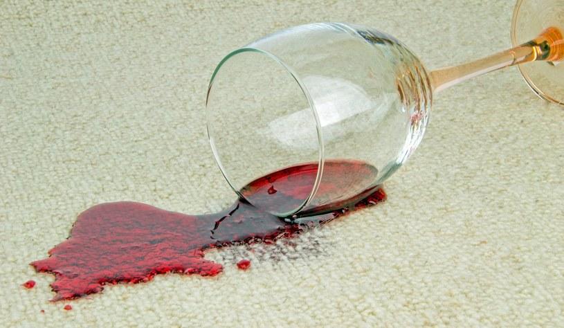 Plama z wina nie oznacza początku końca twojego ulubionego dywanu! /123RF/PICSEL