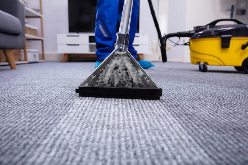 Plamy na dywanie trudno wywabić /123RF/PICSEL