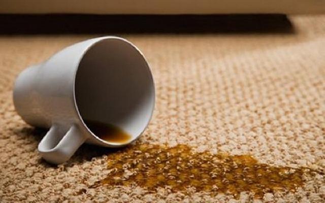 plamy na dywanie /© Photogenica