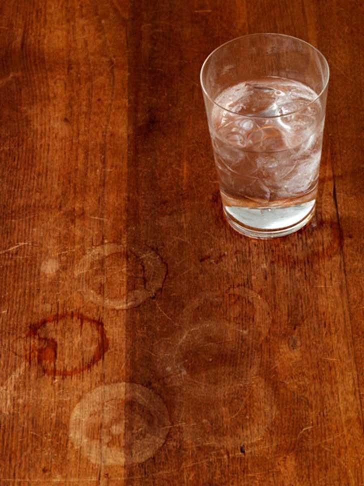 Plamy z wody na drewnie /© Photogenica