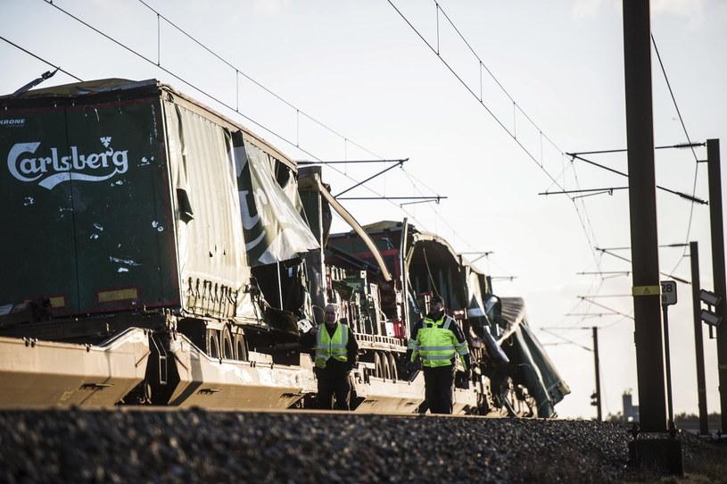 Plandeka z pociągu towarowego przewożącego partię piwa uderzyła w pociąg pasażerski /TIM K. JENSEN /PAP/EPA