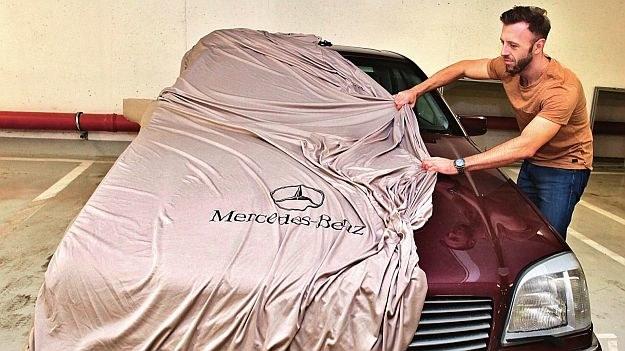 Plandekę najlepiej zakładać na czyste auto, by uniknąć porysowania lakieru. /Motor