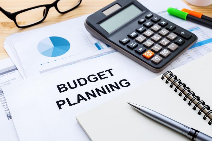 Planowanie domowego budżetu dobrze zacząć od rozpisania wszystkich wydatków /123RF/PICSEL