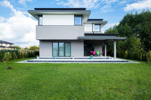 Płaskie zwieńczenie domu coraz częściej pojawia się w nowoczesnych projektach budowlanych /©123RF/PICSEL