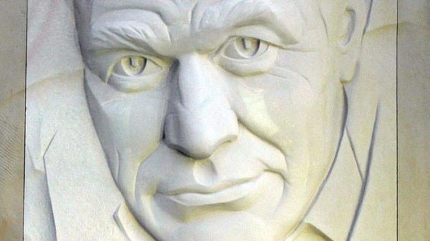 Płaskorzeźba przedstawiająca Romana Wilhelmiego znajduje się też w Warszawie /East News