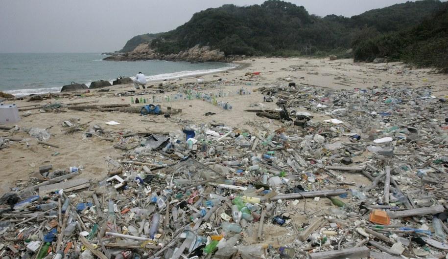 Plastik na plaży znajdującej się na wyspach Soko, Hongkong /ALEX HOFFORD /PAP/EPA