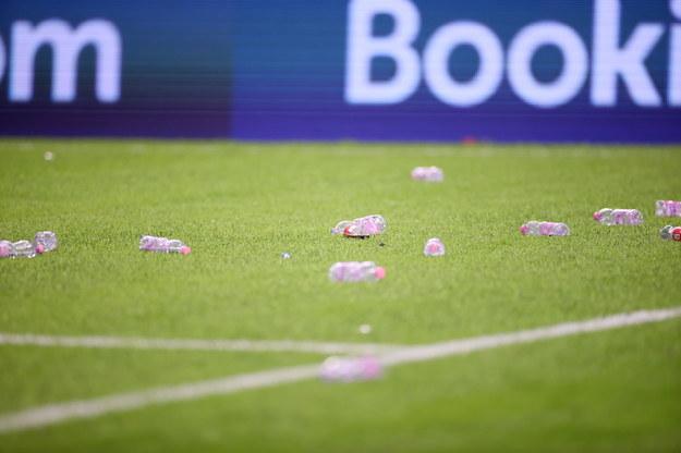 Plastikowe butelki na murawie stadionu w Tiranie / Leszek Szymański    /PAP