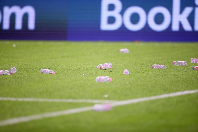 Plastikowe butelki rzucone na boisko przez albańskich kibiców podczas meczu eliminacyjnego mistrzostw świata z Polską /Leszek Szymański /PAP