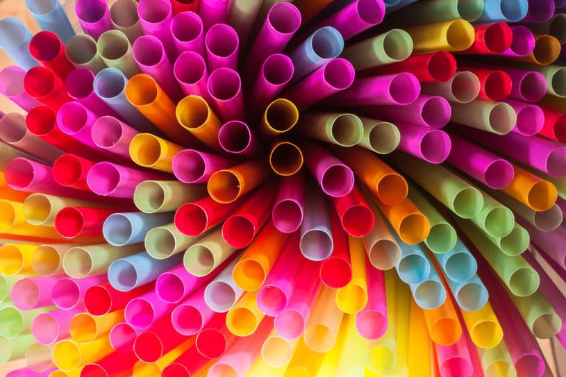 Plastikowe słomki pozostaną z nami na dłużej? /123RF/PICSEL