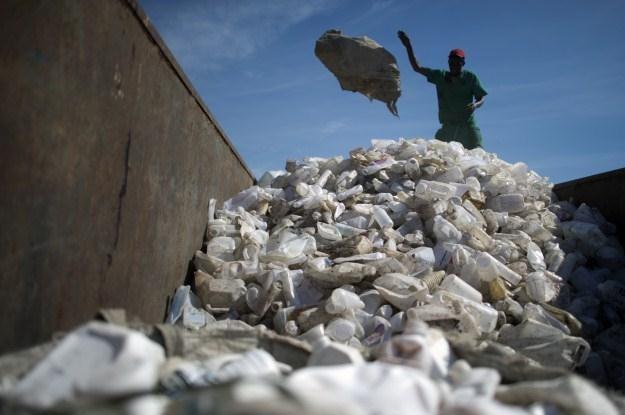 Plastikowe torebki i butelki są łatwe w recyklingu /AFP