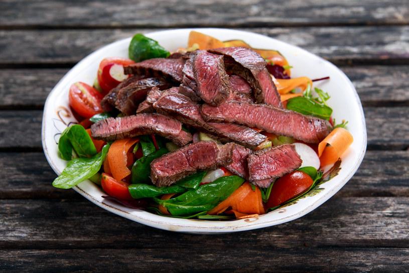 Plastry wołowiny wspaniale smakują też na samej sałacie, posypane serem gorgonzola i uprażonymi pestkami słonecznika. /123RF/PICSEL