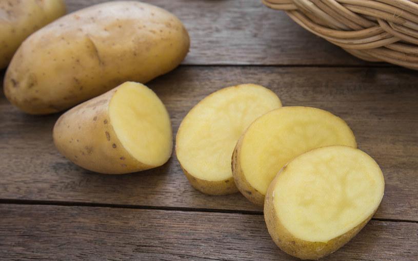Plastry ziemniaka przyłożone do oczu zmniejszają ich obrzęk /Picsel /123RF/PICSEL