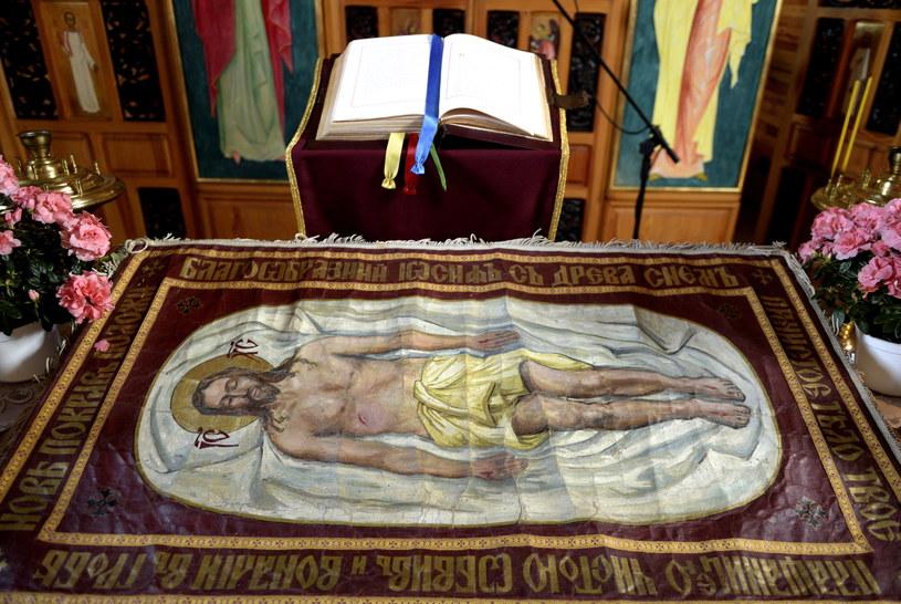 Płaszczenica z wizerunkiem umęczonego Chrystusa w greckokatolickiej cerkwi w Łuczycach /Darek Delmanowicz /PAP