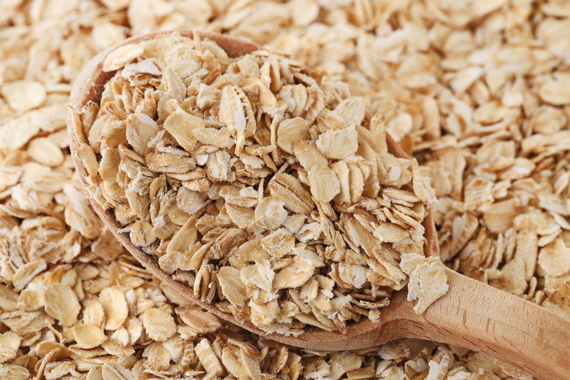 Płatki owsiane i inne produkty pełnoziarniste są niezbędne w zdrowej i zbilansowanej diecie /123RF/PICSEL