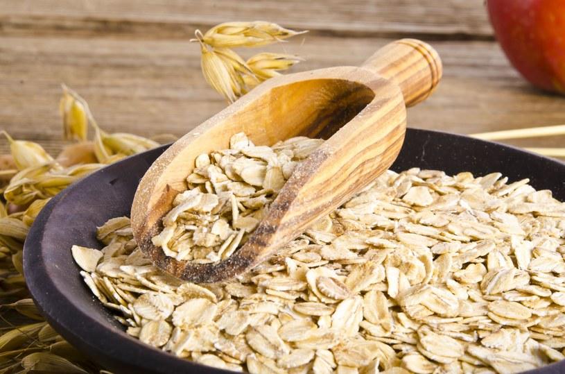 Płatki owsiane jedzone codziennie, wpłyną korzystnie na pracę wątroby /123RF/PICSEL