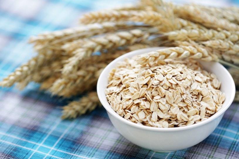 Płatki owsiane naturalne należy namoczyć przed jedzeniem, bo gdy będą kleiste, nie podrażnią jelit /123RF/PICSEL