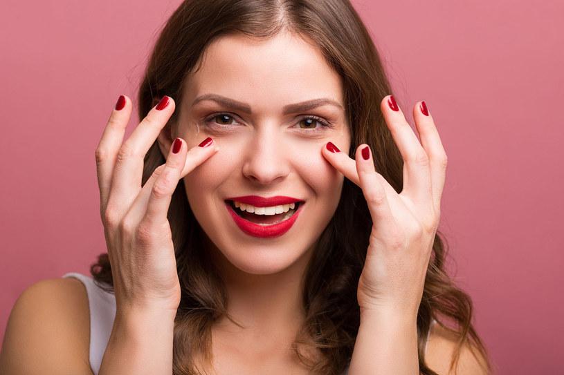 Płatki pod oczy warto stosować, kiedy liczy się szybki efekt. Przed wieczornym wyjściem czy po nieprzespanej nocy błyskawicznie nawilżą i napną skórę. /123RF/PICSEL