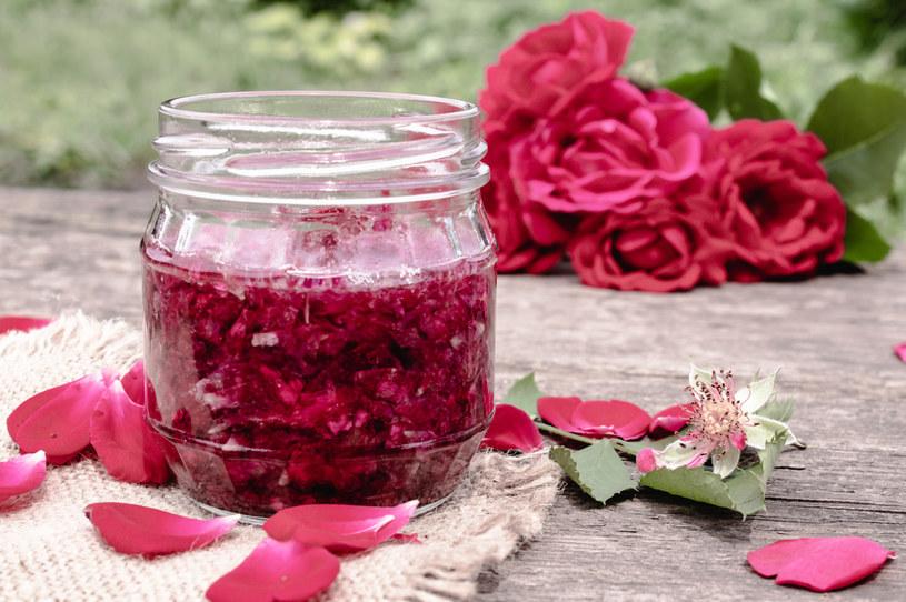 Płatki róż najlepiej zrywać w słoneczny dzień przed południem, później płatki tracą swój aromat /123RF/PICSEL