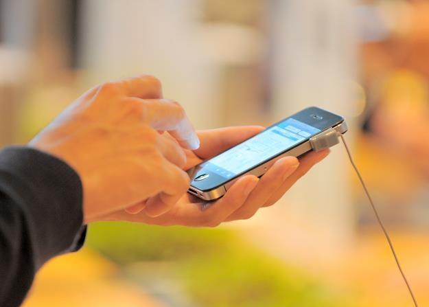 Płatność za pomocą telefonu komórkowego jest kolejnym etapem rozwoju płatności zbliżeniowej /AFP