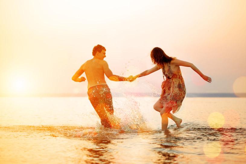 Plaża jako element wakacyjnego romansu jest niezastąpiona bez względu na czasy /123RF/PICSEL