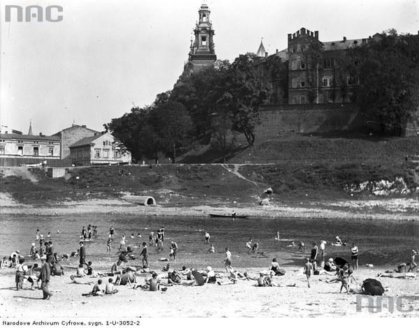 Plaża pod Wawelem w Krakowie. Panorama plazy i Wawelu, 1929