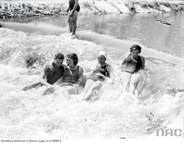 Plaża Towarzystwa Uniwersytetu Robotniczego w Krakowie. Plażowicze podczas kąpieli, 1930