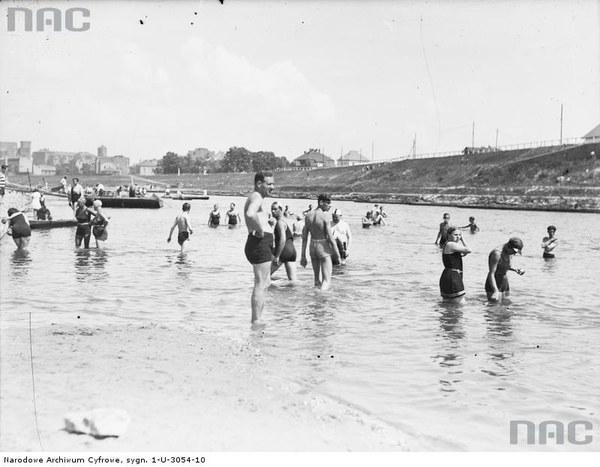Plaża Towarzystwa Uniwersytetu Robotniczego w Krakowie. Plażowicze podczas kąpieli, 1931