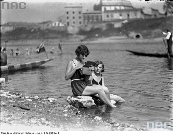 Plaża w Krakowie. Plażowicze podczas wypoczynku, 1929