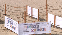 Plaża podzielona miejskimi parawanami w Międzyzdrojach