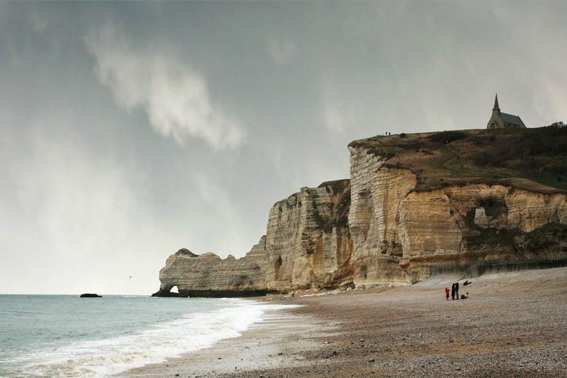 Plaża w Étretat (Górna Normandia, Francja) ze słynnymi klifami, które zachwycały artystów. Do miłożników tej części Francji należeli:  Eugène Boudin, Gustave Courbet i Claude Monet /123RF/PICSEL