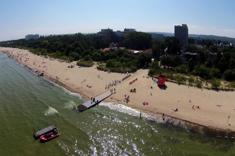 Plaża w Jelitkowie. Widać, że woda jest zielona /Mirosław Pieślak /Agencja FORUM