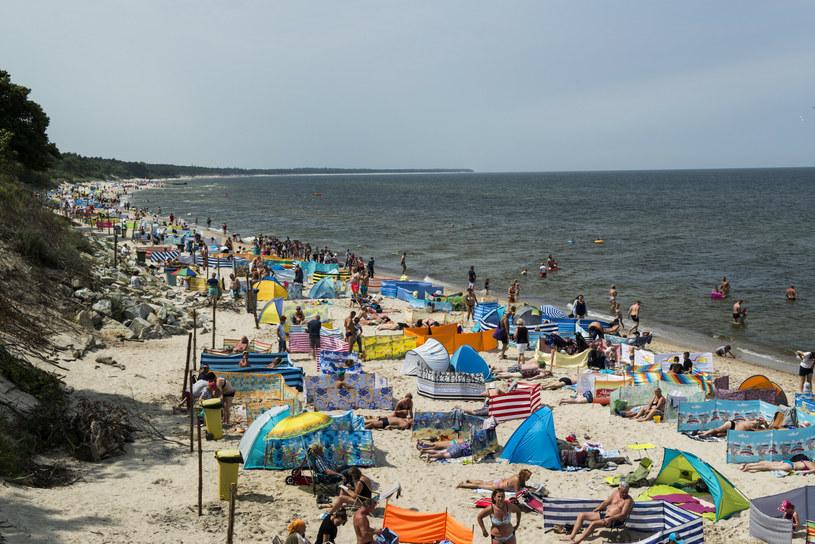 Plaża w Kołobrzegu nadal cieszy się ogromną popularnością wśród Polaków /JAKUB WOSIK/REPORTER /East News