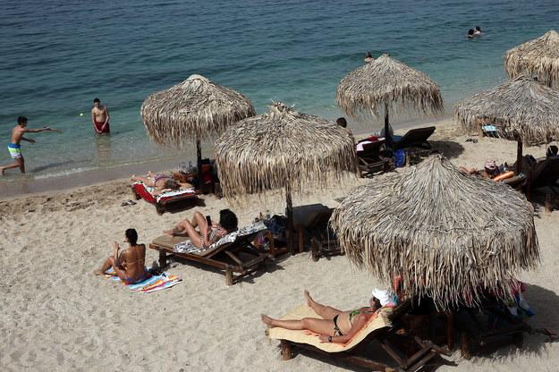 Plaża w pobliżu greckich Aten /ORESTIS PANAGIOTOU /PAP/EPA