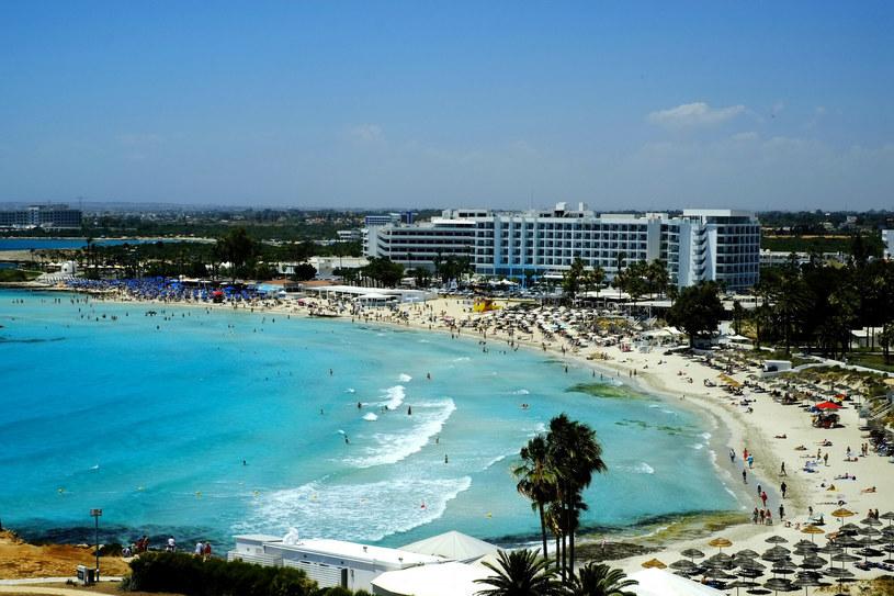 Plaże na Cyprze zachęcają plażowiczów do wypoczynku błękitną wodą /AP/Associated Press /East News