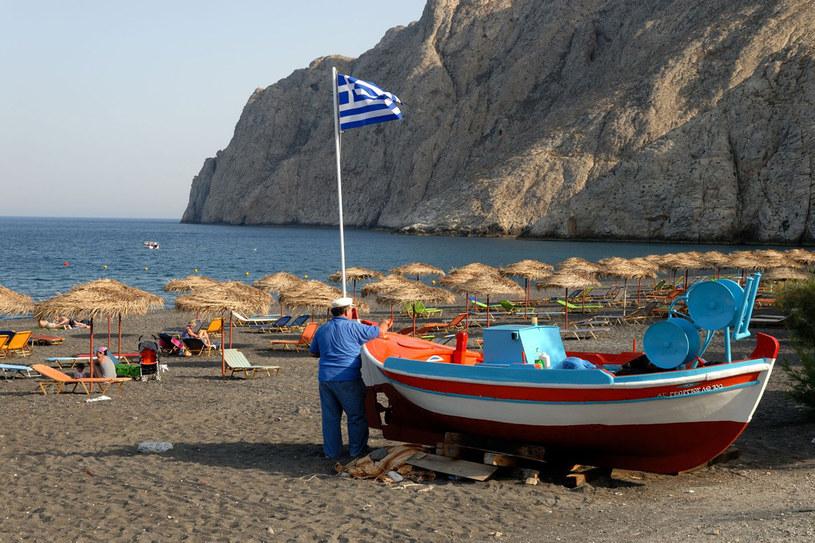 Plaże na wyspie nie biją po oczach rażąca bielą, ale nie zniechęca to przybywających tutaj turystów /123RF/PICSEL