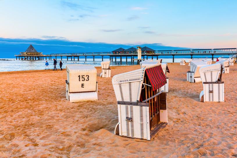 Plażowanie w wiklinowych koszach to obowiązkowy punkt programu w Heringsdorf /123RF/PICSEL