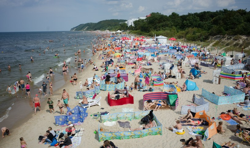 Plażowicze nad Bałtykiem /ANDRZEJ ZBRANIECKI /East News