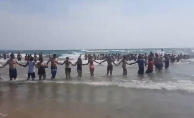 Plażowicze ruszyli na pomoc. Utworzyli ludzki łańcuch, by uratować pływaka