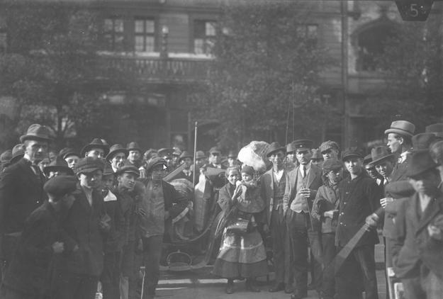 Plebiscyt na Śląsku - grupa emigrantów polskich z Nadrenii biorących udział w plebiscycie /Z archiwum Narodowego Archiwum Cyfrowego