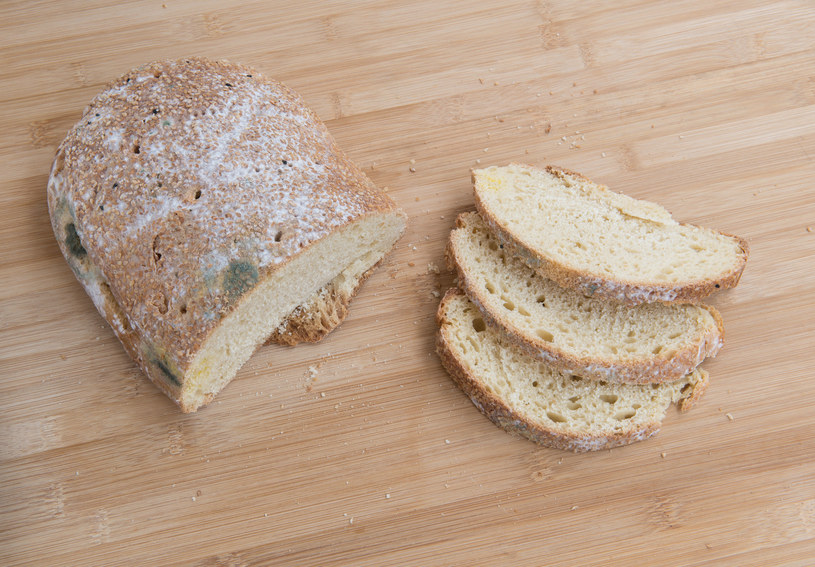 Pleśniejący chleb /123RF/PICSEL