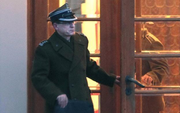 Płk Artymiak wychodzi z MON po spotkaniu z ministrem Siemoniakiem, fot. T. Gzell /PAP