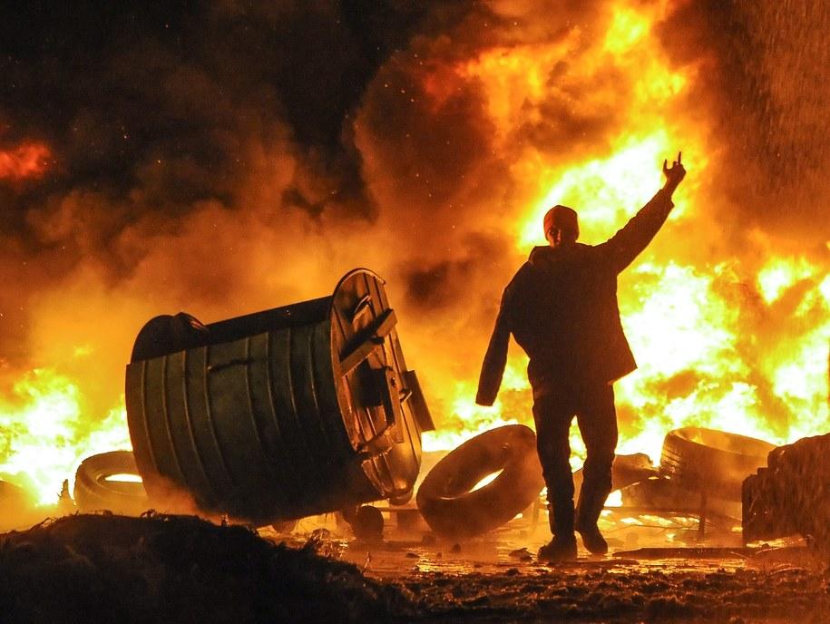 Płonąca barykada na Majdanie /ROMAN PILIPEY /PAP/EPA